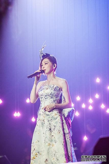 王心凌南京开唱 35首经典歌曲现场嗨成K歌房