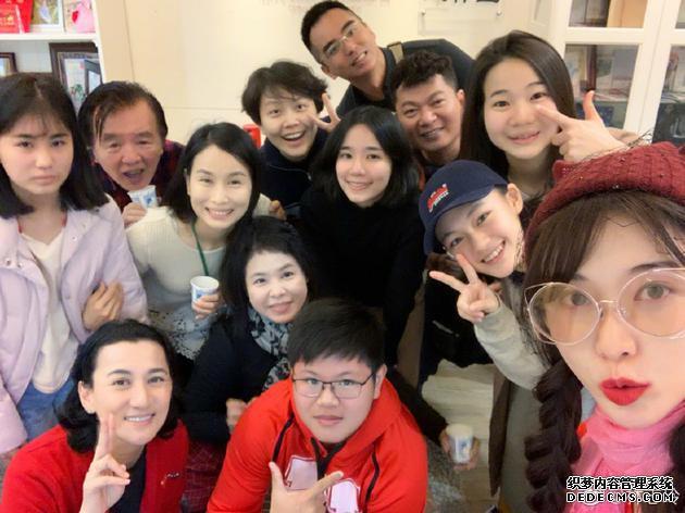 林志玲和团队合影