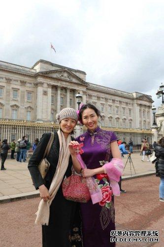 授勋结束后,朱小久和姐姐在白金汉宫门口合影。(图片来源:欧洲时报记者侯清源 摄)