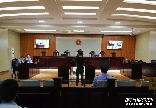 7座面包车塞23名幼儿 雅安这对夫妻被判拘役4个月