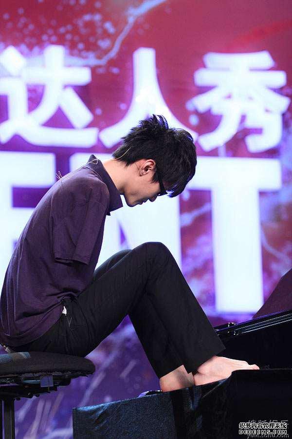 刘伟用脚趾弹钢琴