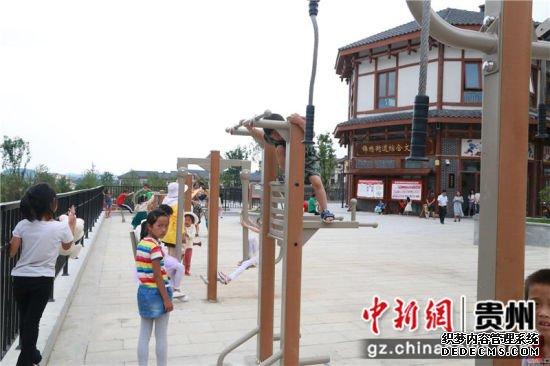 黔西县锦绣街道综合文化站前广场上孩子们在快乐地玩耍