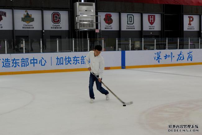 丁立人练习冰球