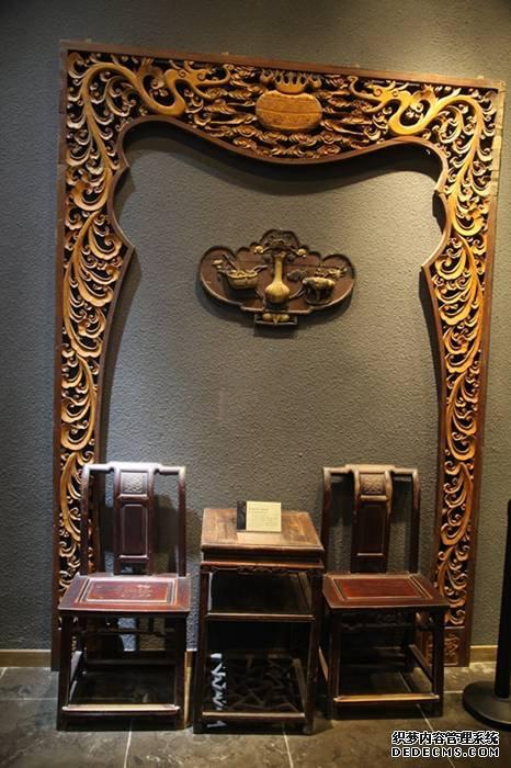 青州古城内展出的木雕作品清代榉木茶几靠背椅