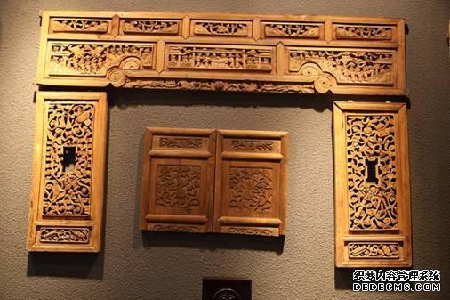 青州古城内展出的木雕作品