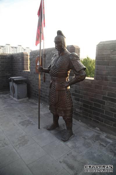 青州古城城墙上的古代战士雕像